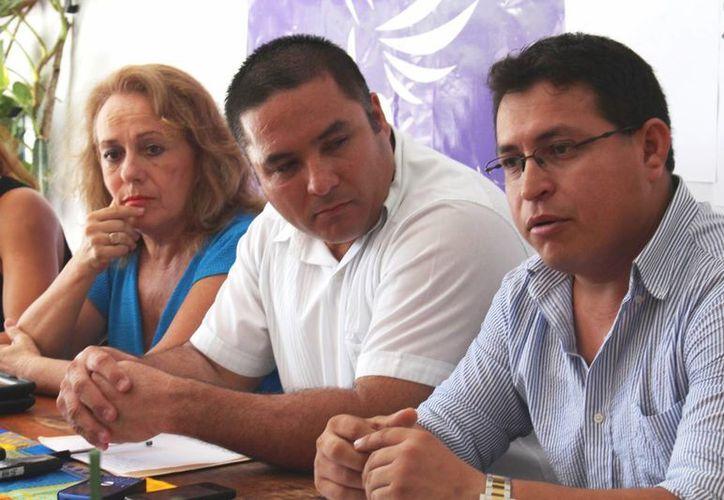 Rosamaría de la Peña, vicepresidente; Ismael Sauceda, presidente;  y José Alberto Galindo, tesorero; integran el comité municipal del Partido Humanista. (Adrián Barreto/SIPSE)