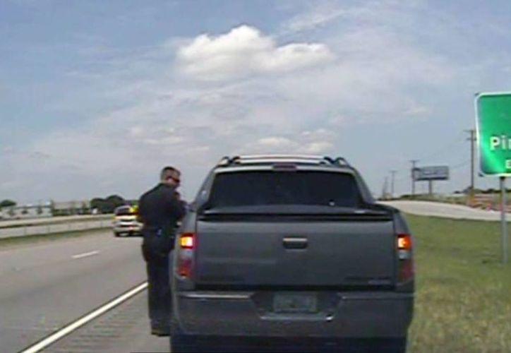 Imagen tomada de un vídeo proporcionada por el Departamento de Policía de Forney, donde un policía habla con George Zimmerman. (Agencias)