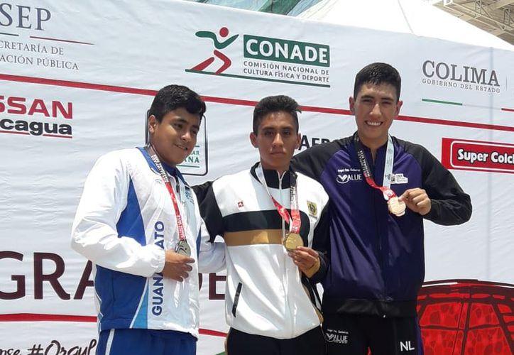 Los atletas muestran con orgullo las preseas ganadas en la Paralimpiada Nacional. (Milenio Novedades)