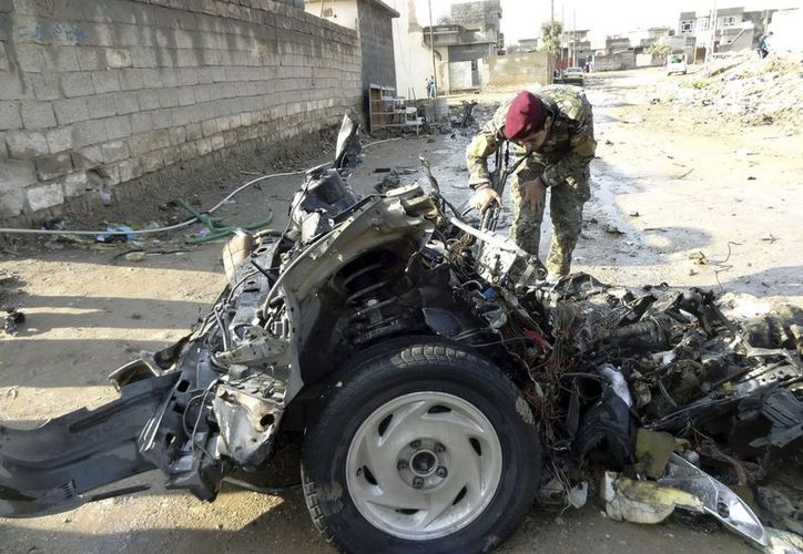 Un soldado iraquí inspecciona los restos de un vehículo en Kirkuk, a unos 250 km de Bagdad. (EFE)