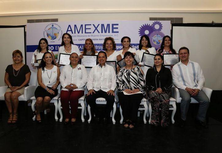 Durante un evento se entregaron reconocimientos a siete mujeres que presidieron la Asociación.  (Foto: Redacción)