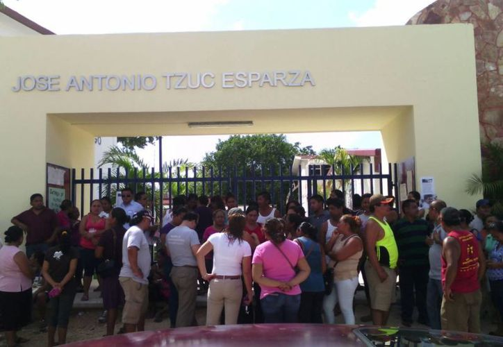 Padres de familia de Puerto Aventuras impidieron la entrada a un profesor de química acusado de abuso en Playa del Carmen. (Daniel Pacheco/SIPSE)