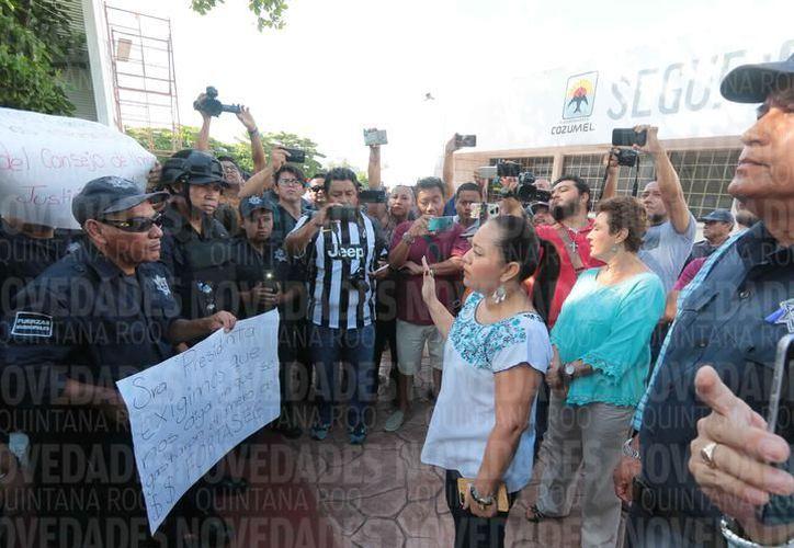 La presidenta municipal, Perla Tun, en dialogo con las autoridades por el pago de Fortaseg. (Gustavo Villegas)