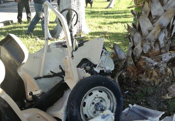 El vehículo quedó casi destrozado tras chocar contra el tronco de una palmera. (Foto: Gustavo Villegas)