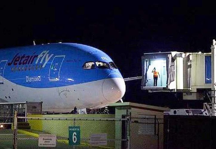 El operativo de seguridad por amenaza de bomba obligó al avión belga a aterrizar de emergencia e incluso hubo dos detenidos. (EFE)