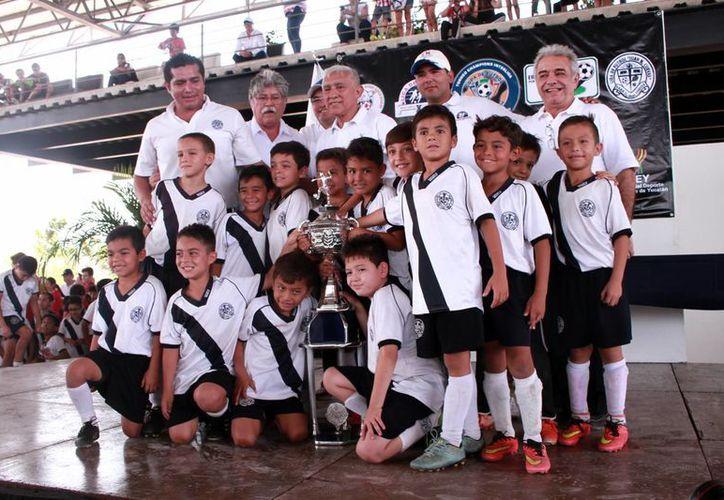 En la foto, jugadores de la Modelo B, categoría infantil menor, quienes vencieron en la final a Halcones del Roger's. (Jorge Acosta/Milenio Novedades)