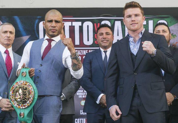 El puertorriqueño Miguel Cotto (i), de 34 años, y el mexicano Saúl Alvarez, Canelo, de 25, se enfrentarán en noviembre en Las Vegas en una función de boxeo, pactada apenas por encima del tope de peso de los superwelter del CMB. (Foto AP)