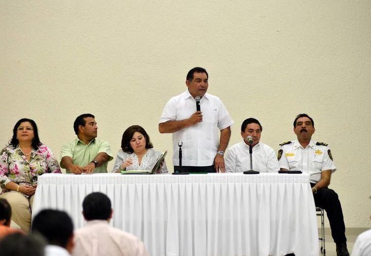 El secretario general de Gobierno, Víctor Caballero Durán, durante su intervención en la reunión con alcaldes y funcionarios en Mérida. (Milenio Novedades)