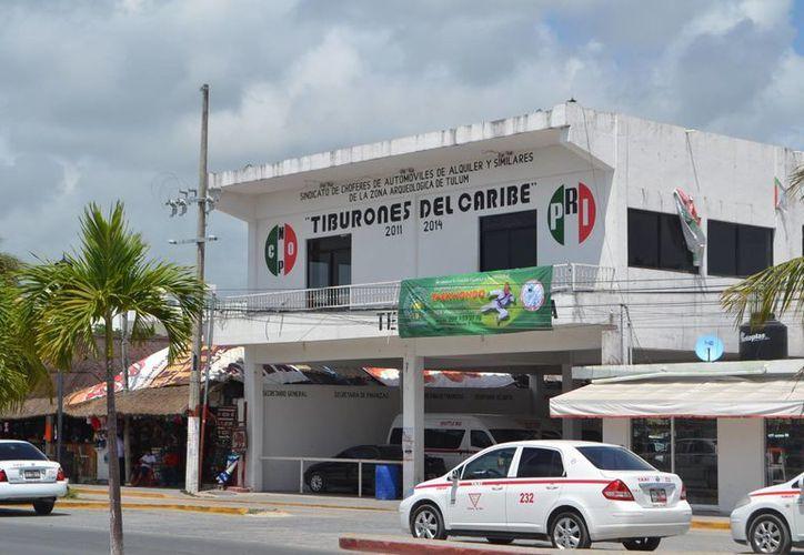 """Miembros del sindicato de taxistas """"Tiburones del Caribe"""" participaron en el bloqueo de la carretera federal Cancún-Puerto Morelos. (Rossy López/SIPSE)"""