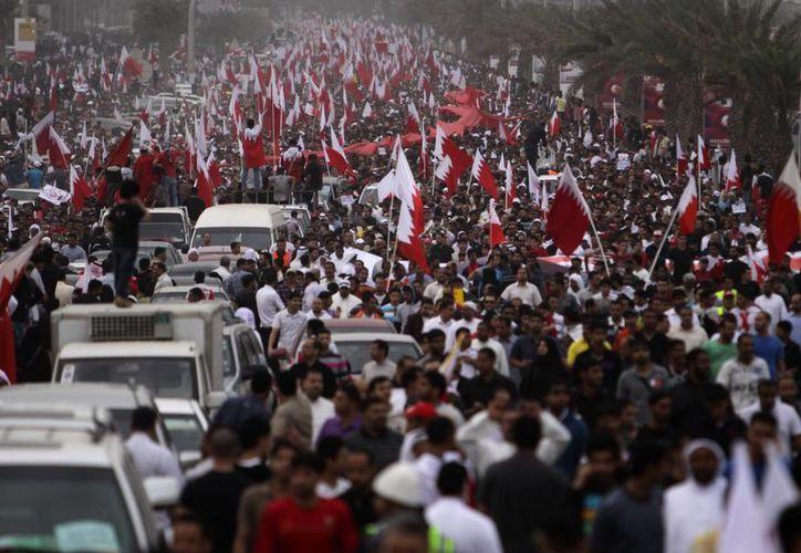 Decenas de miles de manifestantes antigubernamentales que marcharon por Manama, Baréin en febrero de 2011.(Archivo Agencias)