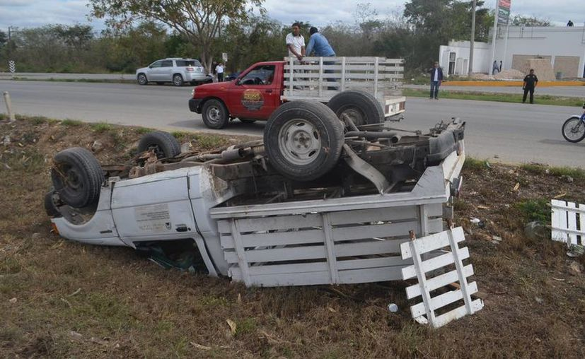 El guiador de esta camioneta sufrió un gran susto al volcar en el Anillo Periférico a consecuencia de un automovilista que le cerró el paso. (Carlos Navarrete/Milenio Novedades)
