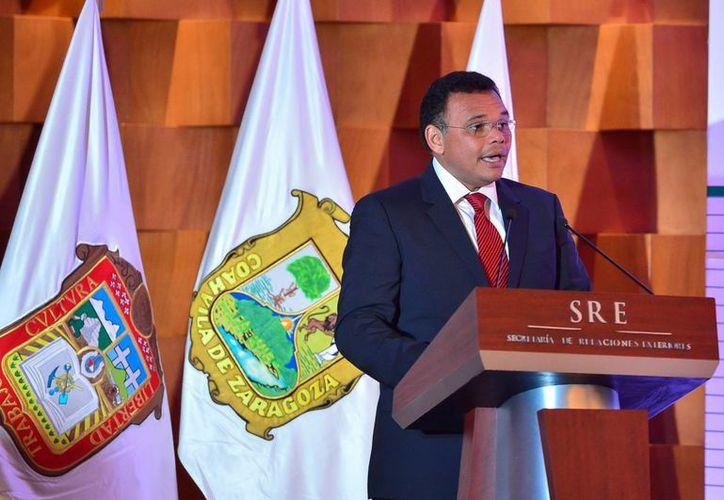Imagen del gobernador Rolando Zapata Bello durante la ceremonia de ayer, en la que se firmó un acuerdo entre la Conago y la SRE sobre los derechos humanos. (Milenio Novedades)