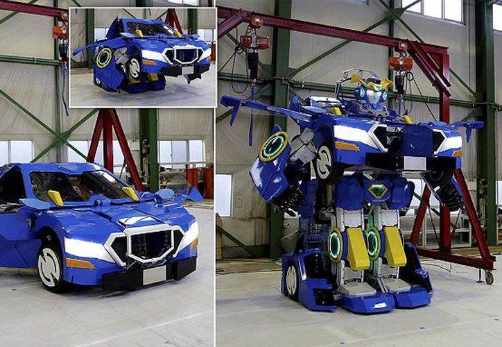El robot azul y blanco mide 3.7 metros de alto y puede transportar a dos pasajeros. (Daily Mail)