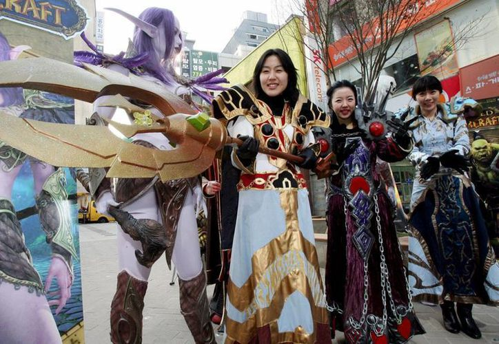 Jóvenes disfrazados de personajes del conocido juego on-line 'World of Warcraft', desarrollado por Blizzard Entertainment. (EFE/Archivo)