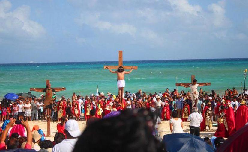 Si eres devoto, podrás ser parte de la representación de la crucifixión de Cristo frente al mar Caribe. (Foto: Contexto)