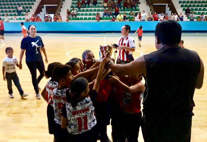 La estrategia de la entrenadora Betzabé Manríquez funcionó y su equipo puso cifras definitivas, por lo que el partido terminó 16-10. (Miguel Maldonado/SIPSE)