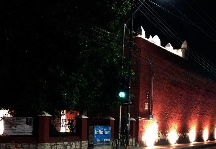 La escasa iluminación afecta las calles que rodean Monjas. (José Acosta/SIPSE)