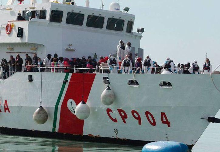 Al menos 10 ilegales murieron en un naufragio en el Canal de Sicilia. La imagen corresponde a un rescate de los varios que realizó la Guardia Costera, en los mares de Italia. (AP)