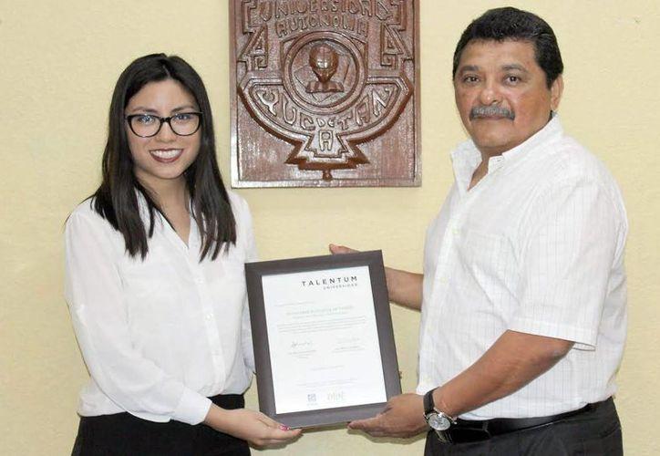 Alejandra Cardeña Lara, con su diploma de ganadora del programa Talentum Universidad. (Milenio Novedades)