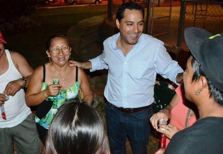 El diputado Mauricio Vila en convivencia con vecinos de la colonia Fidel Velázquez. (SIPSE)