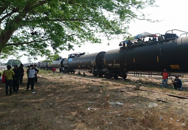 Los migrantes durmieron arriba del tren y advirtieron que no se bajarán hasta que se les permita seguir con su viaje. (El Financiero)