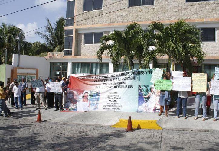 Los manifestantes portaban pancartas escritas en castellano y maya. (Sergio Orozco/SIPSE)