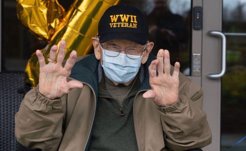 William Lapschies, fue agasajado por sus familiares al salir del hospital, tras ser dado de alta y por su onomástico número 104. [Foto: Redes Sociales]