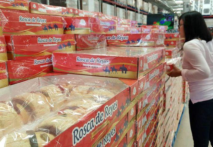 Las roscas de reyes ya están en venta en los supermercados. (Jesús Tijerina/SIPSE)