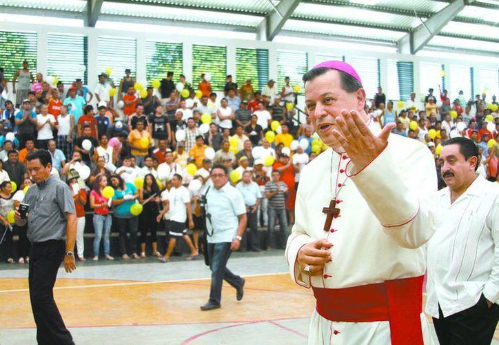 El Arzobispo de Yucatán, Gustavo Rodríguez Vega, durante su primer recorrido en el Cereso de Mérida. (SIPSE)