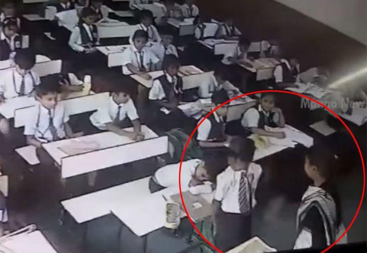 Maestra de un colegio de la India golpeó a su alumno por no decir presente durante el pase de lista. (Captura YouTube).