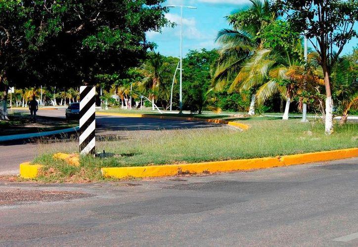 Los desfondes del bulevar bahía ponen en riesgo a quienes transitan por esa zona al no tener señalamientos. (Juan Palma/SIPSE)
