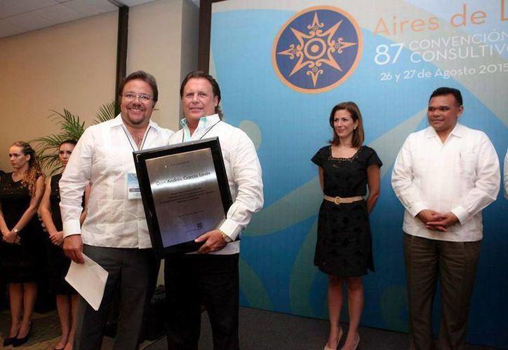 El reconocimiento a Don Andrés García Lavín lo recibió su hijo Alejandro. El Gobernador también participó en la entrega de los galardones a integrantes de la CIRT. (Milenio Novedades)