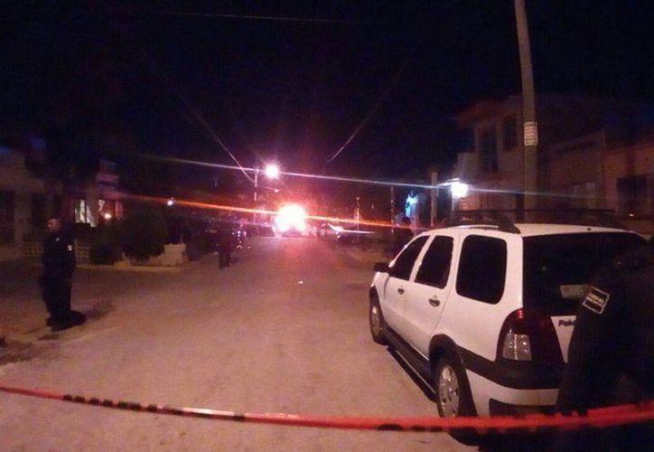El reporte de detonaciones de arma de fuego provocó una fuerte movilización policíaca en la Supermanzana 247, de Cancún, esta noche. (Redacción/SIPSE)