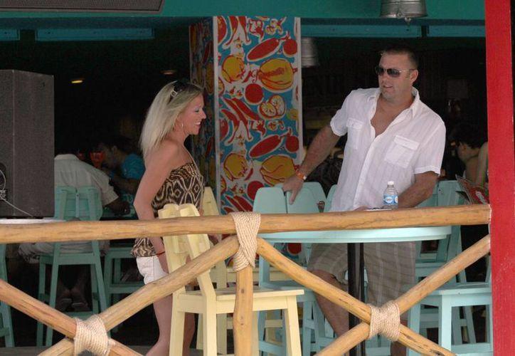 Ofrecen información a las personas sobre los lugares que desean visitar. (Sergio Orozco/SIPSE)