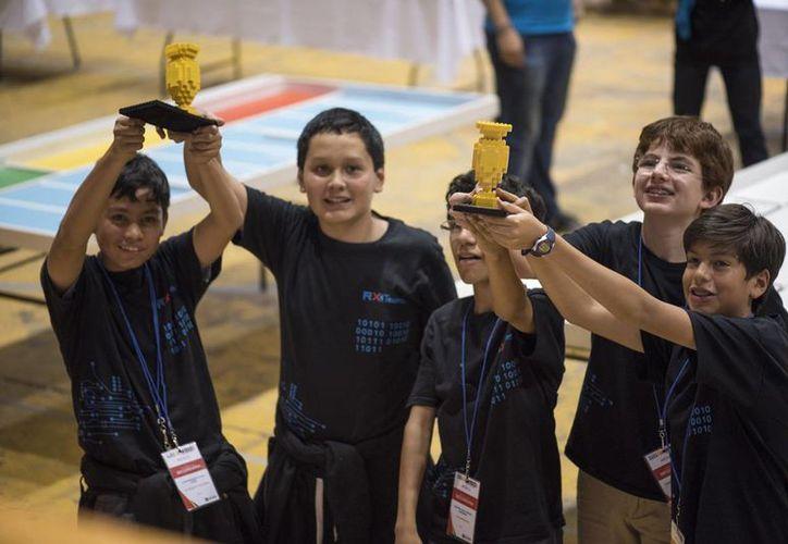 """Los equipos """"Treasure Explorers"""" y los """"Starbreakers"""" que viajarán el próximo primero de noviembre a Doha, Qatar para participar en la Olimpiada Mundial de Robótica. (Fondeadora.mx)"""