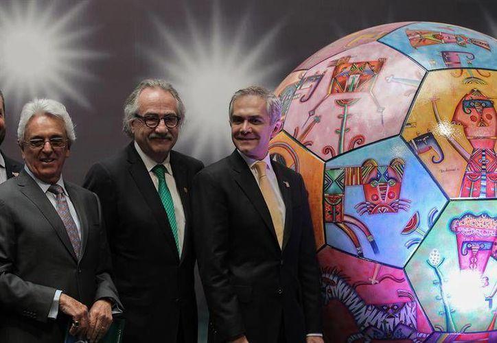 Justino Compeán, expresidente de la Federación Mexicana de Futbol, Decio de María, actual presidente, y Miguel Angel Mancera, Jefe de Gobierno de la Ciudad de México durante la presentación del Cogreso de la FIFA. (EFE)