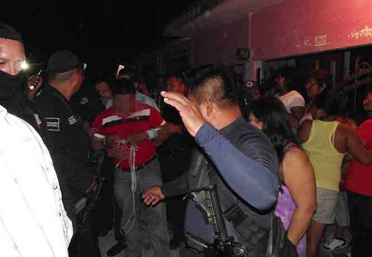 Cuando el religioso estaba a punto de ser linchado por el pueblo, fue rescatado por la policía municipal de Macuspana. (Fabiola Xicoténcatl/Excelsior)