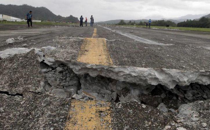 Un terremoto de magnitud 5.5 grados remeció el sureste de Turquía. Imagen de contexto de una carretera dañada por un sismo. (Robinson Ninal/Presidential Photographers Division, Malacanang Palace via AP)