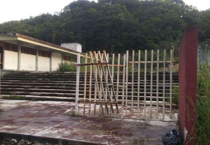 El albergue fue construido pero nunca se entregó, con el paso de los años se fue deteriorando por las lluvias. (Carlos Castillo/SIPSE)