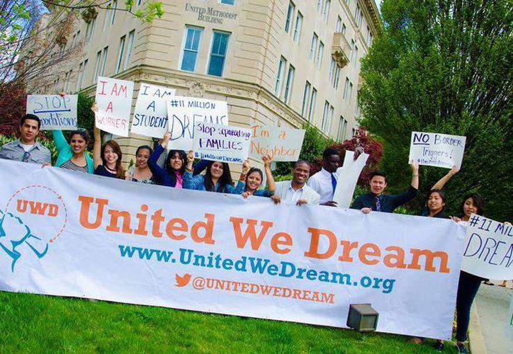 Los 'dreamers' son jóvenes latinos que llegaron a EU desde niños y que  salieron de las sombras con un decreto del presidente Barack Obama para seguir estudiando. (facebook.com/UnitedWeDream)