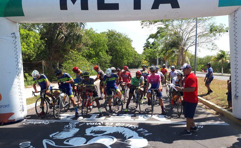 Cerca de 120 personas participaron en la carrera ciclista Alberto Aguilar Noble. (Miguel Maldonado/SIPSE)