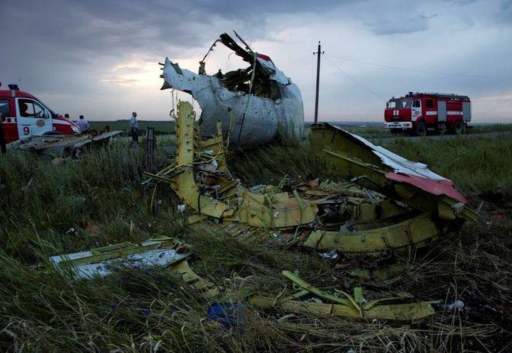 El dantesco escenario de los restos del avión dejaba impávidos a los que llegaron hasta el sitio del percance: la cabina del piloto y una de las turbinas yacían a una distancia de más de un kilómetro una de la otra. (AP)