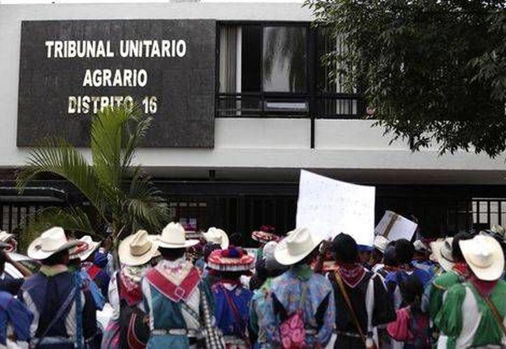Los manifestantes wixaritaris piden una compensanción del Tribunal Unitario Agrario en Jalisco por la omisión de ejecución de 13 sentencias (Milenio)