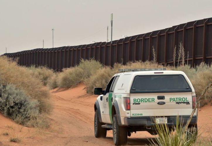 Un vehículo de la Patrulla Fronteriza vigila la frontera entre Estados Unidos y México, en Santa Teresa, Nuevo México. (Agencias)