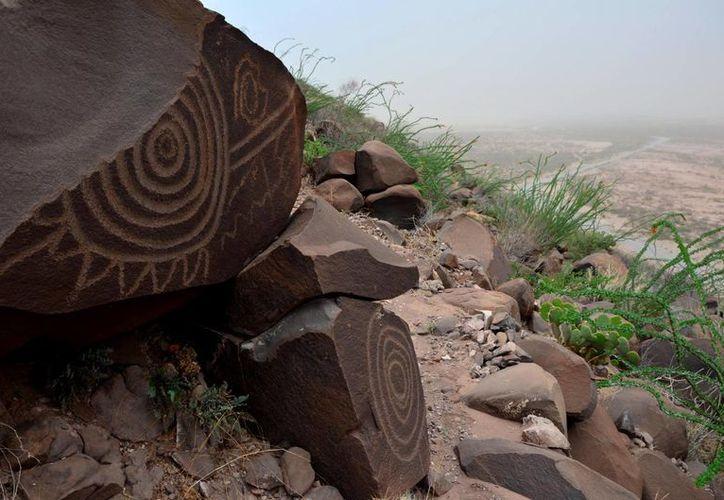En ciertas rocas hay representaciones de huellas de venado. (Notimex)