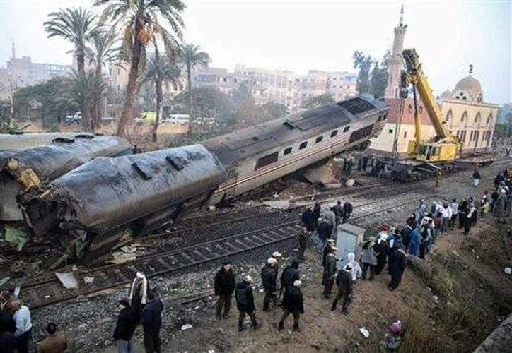 El tren, que se dirigía a El Cairo desde la ciudad de Asuán, colisionó con un bloque de hormigón. (AP)