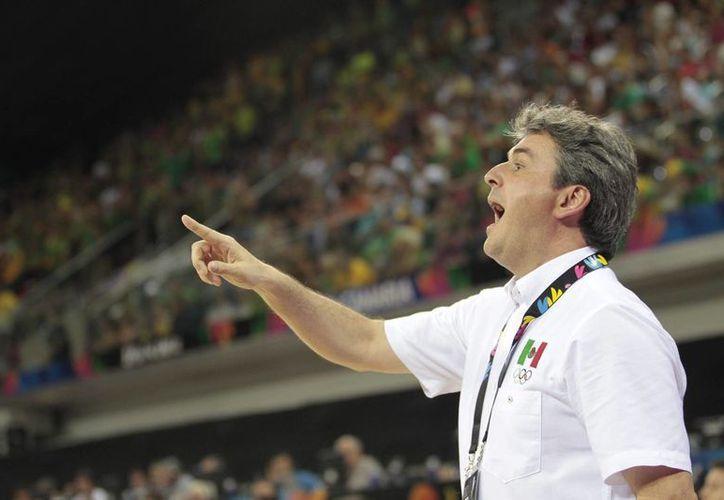 El entrenador español Sergio Valdeolmillos fue presentado de manera oficial como coach de la selección mexicana de baloncesto para enfrentar el torneo de los Juegos Panamericanos Toronto 2015 y el preolímpico de la especialidad. (Notimex)