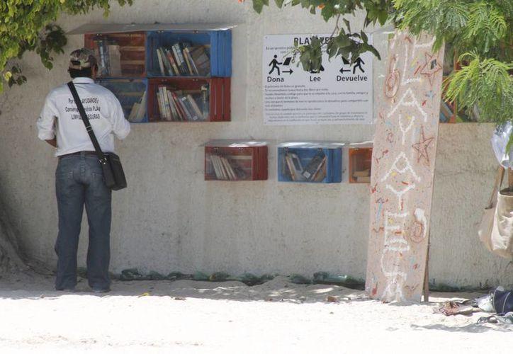 En las playatecas es posible hallar desde cuentos, poemas, novelas, hasta revistas especializadas en diversos temas. (Tomás Álvarez/SIPSE)