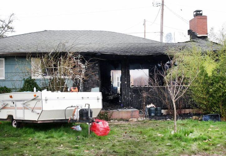 Imagen de los restos de una casa donde un incendio causó la muerte de cuatro personas. Dos de ellas en el hospital. (Dan Bain / The News-Review vía AP)