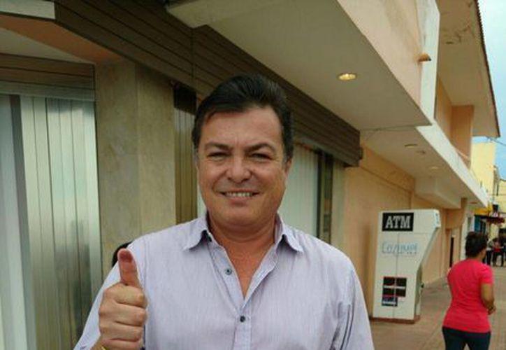 Juan Carlos González emitió su voto en la isla. (Irvin Canul/SIPSE)
